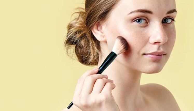 Совети за шминкање во лето, со една работа сигурно претерувате