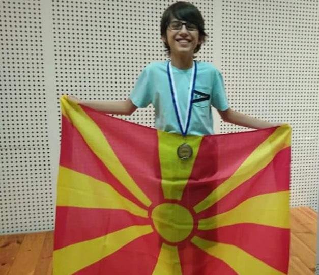 Ученикот од Штип на кој МОН одби да му ја даде наградата, и донесе злато на Македонија!