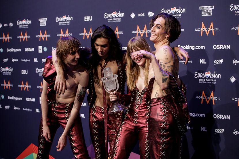 Безобразни +18 фотографии на победниците на Евровизија – немојте да не пријавувате затоа што таа клечи на колена и го прави ова!