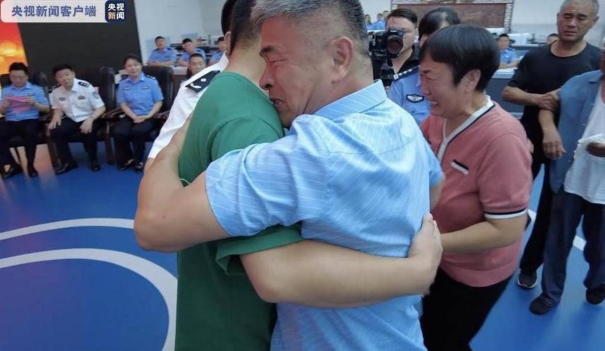 ВИДЕО: Бура емоции и солзи кои никој не може да ги запре, татко го пронајде киднапираниот син по 24 години