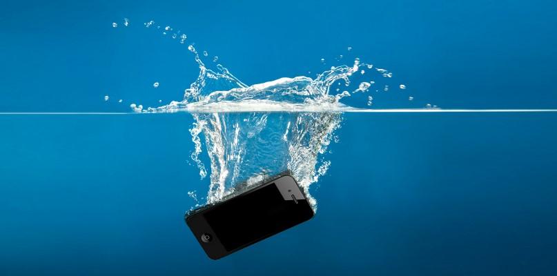 Совети: Што да направите доколку телефонот ви падне во вода?