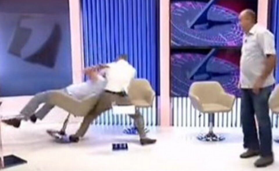 Скандал во емисија: Политичари се степаа, едниот заврши нокаутиран – погледнете го овој хаос и дознајте како заврши (ВИДЕО)