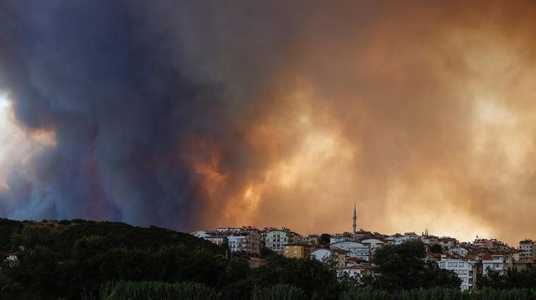 Три лица загинаа, настрадаа говеда и овци, изгоре земјоделско земјиште – страшни пожари во Турција