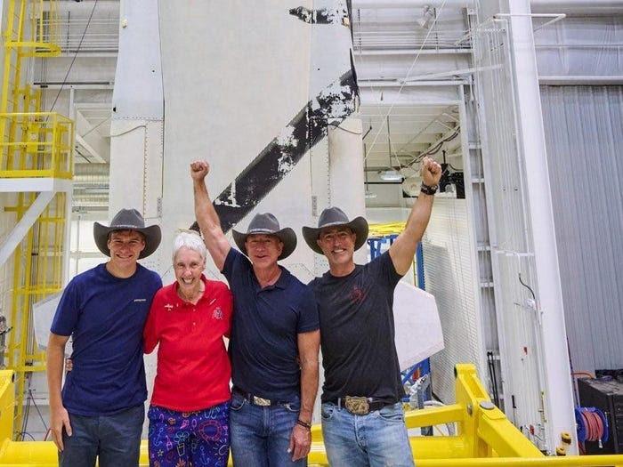 Безос успешно слета по 11-минутниот престој во Вселената