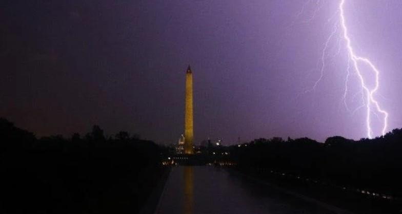 Силно невреме во Вашингтон, илјадници домови без струја