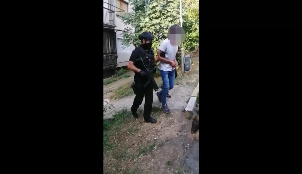 СУЗБИЕНА КРИМИНАЛНА ГРУПА – приведени 12 лица кои тргувале со дрога и оружје, меѓу нив и полициски службеник (ФОТО+ВИДЕО)