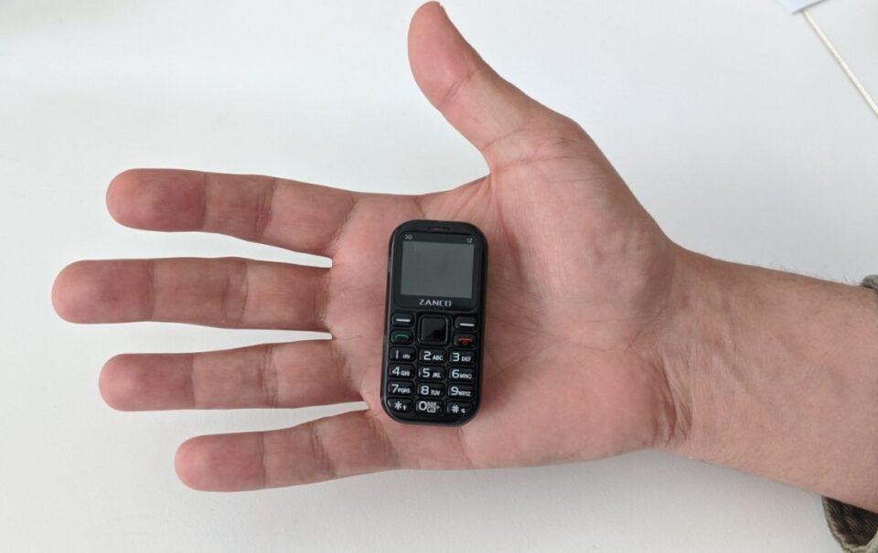 ВИДЕО: Ова е најмалиот телефон на светот, има една работа што сигурно ќе ви се допадне
