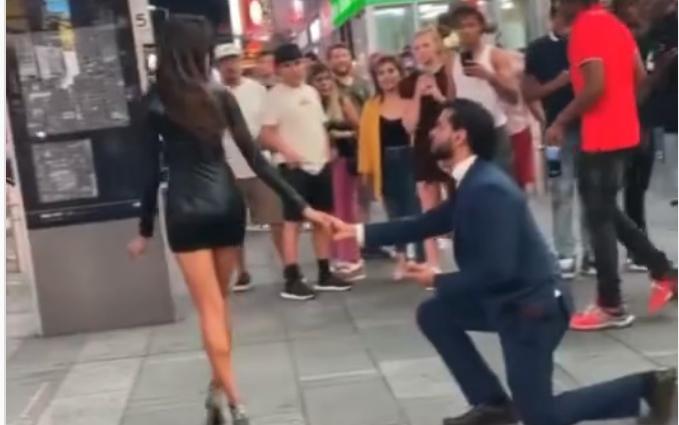Згодно момче на колена ја запроси саканата, по нејзината реакција ќе ви стане жал за него (ВИДЕО)