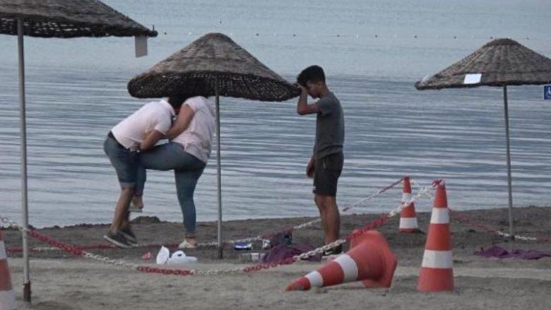 ЛЕТАА ШЛАКАНИЦИ, БОКСОВИ И КЛОЦИ: Жена претепала маж на јавна плажа во Турција (ВИДЕО)