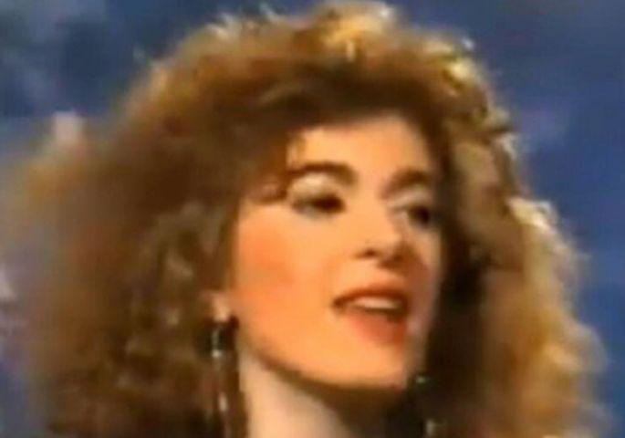 Нејзината песна денеска е популарен хит, но ретко кој ќе ја препознае на оваа фотографија (ФОТО)
