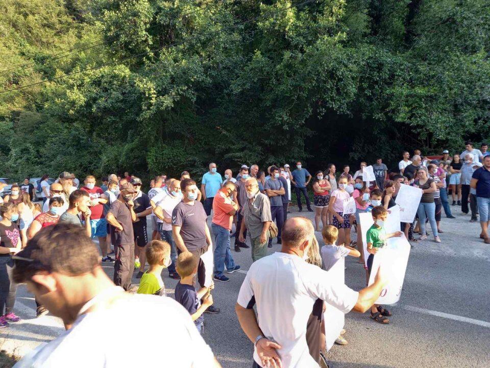 Жителите на Луково го блокираа патот Струга-Дебар: Во сообраќајка настрадало едно лице, бараат соодветна патна сигнализација (ФОТО)
