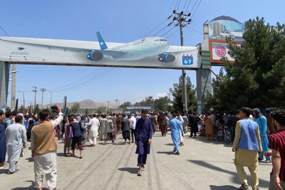 Американците ја преземаат контролата врз хаотичната ситуација на аеродромот во Кабул
