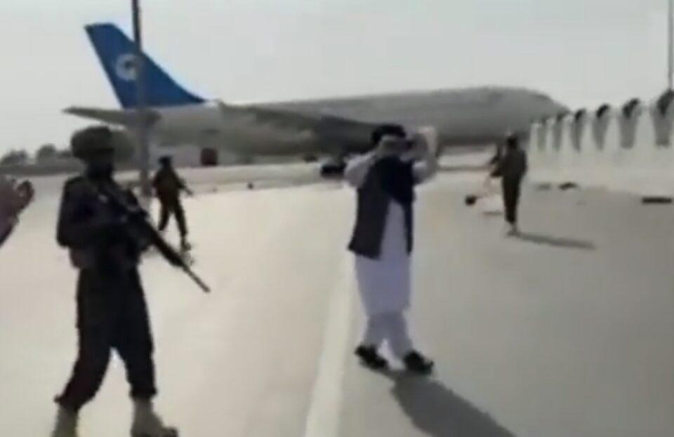 Талибанците триумфално прошетаа по пистата на аеродромот во Кабул