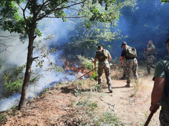 ФОТО: Во гаснење на пожарите ангажирани над 200 војници, хеликоптерите на АРМ со над 100 лета и 200 тони исфрлена вода