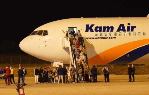 Пристигна првата група 149 авганистански граѓани во Скопје