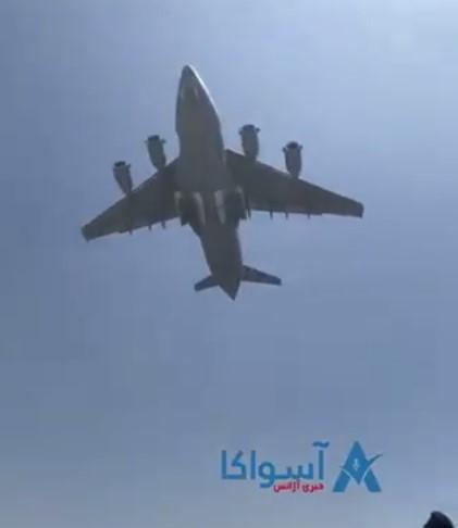 Светот повторно шокиран – се појави фотографија од внатрешноста на авионот од кој паѓаат Авганистанци, среќа што не се срушил цел