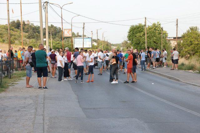 Жителите на Бардовци излегоа на протест – не прифаќаме изградба на било каков Центар за странци