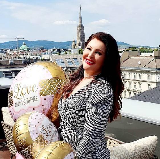 Живее во замок, но не објавува фотографии од куќата во родното село: Еве каде израснала Драгана Мирковиќ, секое лето е тука (ФОТО)