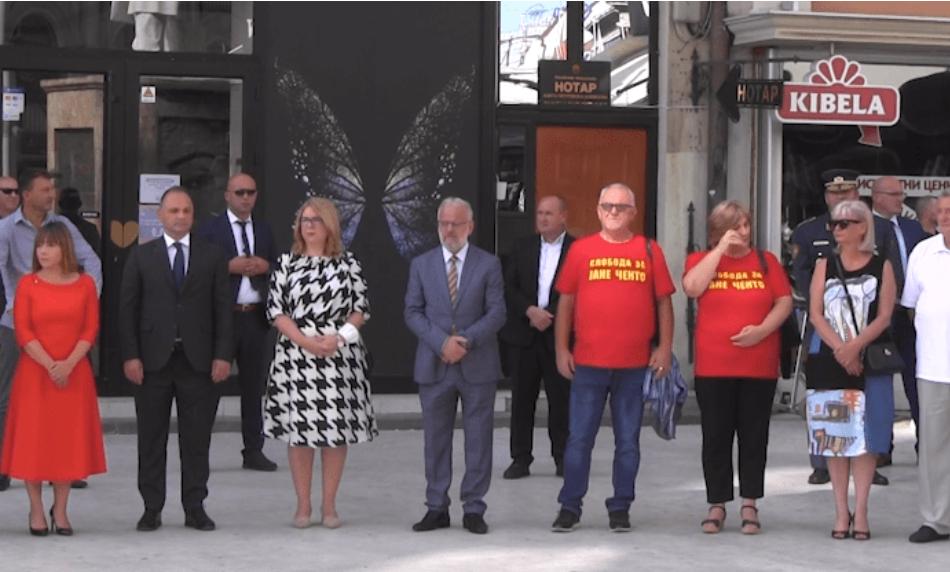 Трогателно: Пред споменикот на дедото Методија Андонов Ченто, мајката на Јане Ченто побара слобода за синот