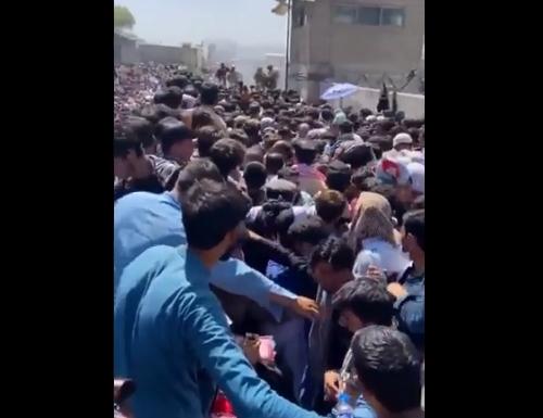 Објавена видео снимка од аеродромот во Кабул: Вака изгледа очај (ВИДЕО)