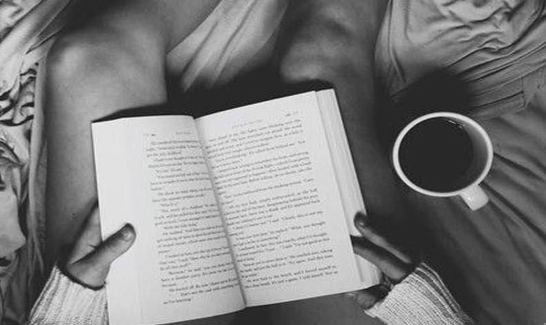 Оставете го мобилниот телефон и земете книга пред спиење, еве зошто е важно тоа