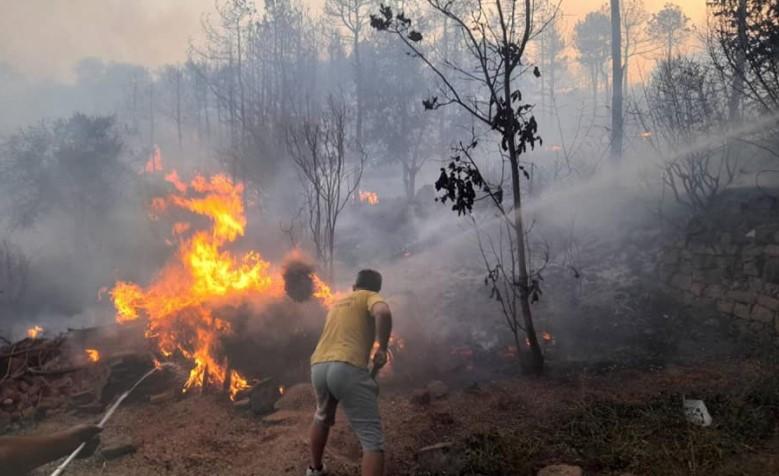 Хоспитализирани двајца пожарникари кои интервенирале во Кочани