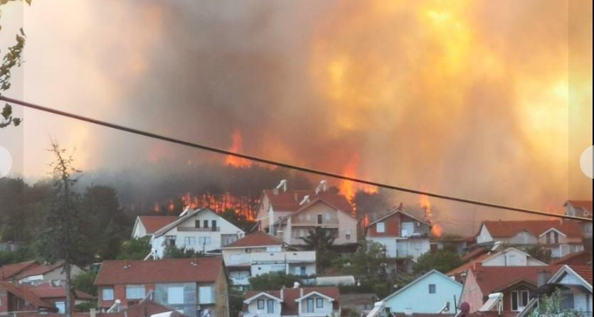 ХОРОР во Кочани: Голем пожар, граѓаните бегаат од куќите, чадот гуши (ВИДЕО)