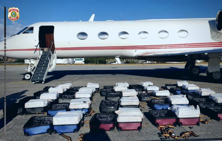 (ФОТО+ВИДЕО) Во 24 куфери носел над еден тон кокаин и бил единствен патник во авионот