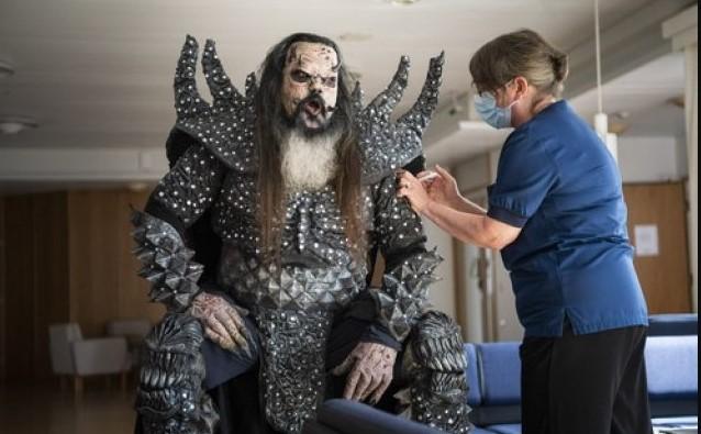"""Во овој костим ги """"исплаши"""" луѓето на Евровизија, а сега ваков дојде да се вакцинира (ФОТО)"""