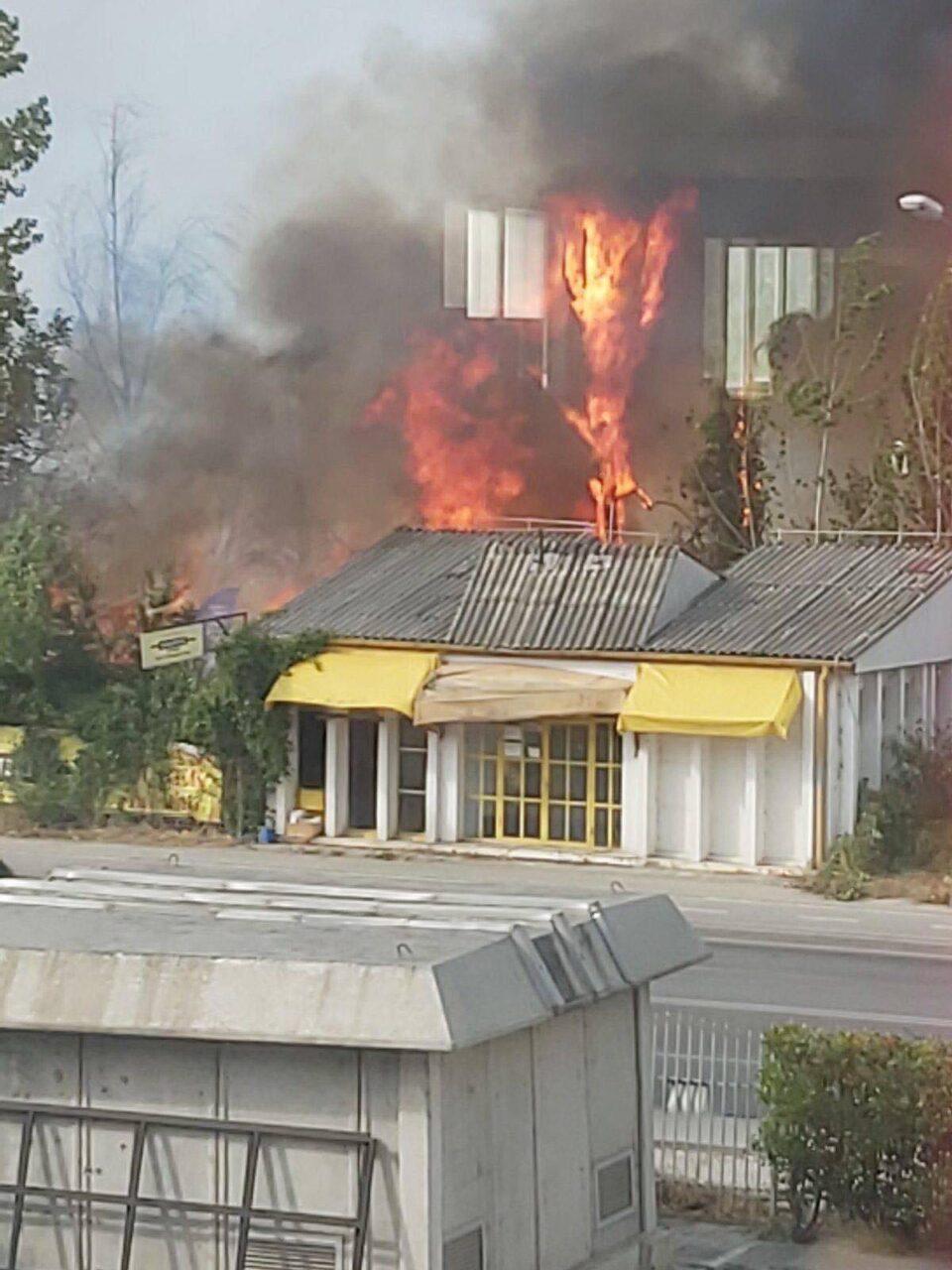 УЖАСНА ГЛЕТКА: ОХИС ВО ПЛАМЕН, огнените јазици ја зафатија зградата на поранешната фабрика – чадот се шири низ целиот град!