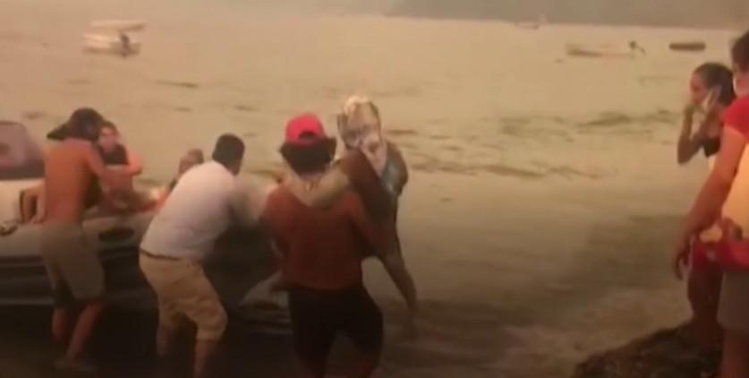 ВИДЕО: Туристи на чамци бегаат од пожарите во Турција