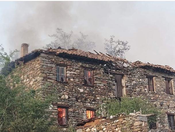 Во мариовски Скочивир изгореа стари напуштени куќи