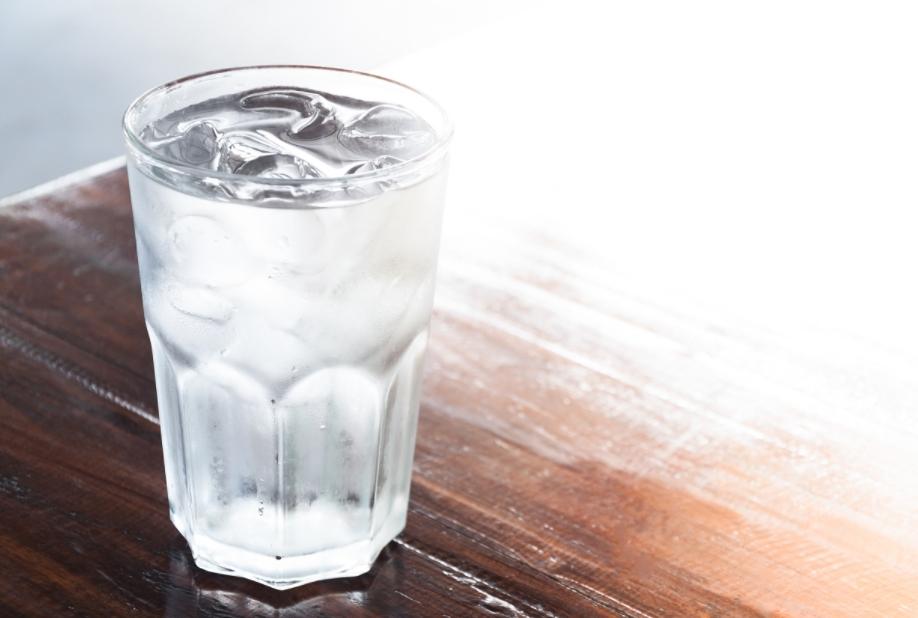 Пиењето вода со мраз е штетно за човековото тело, еве зошто