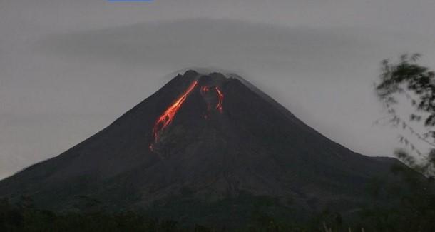 Еруптираше вулканот Мерапи во Индонезија