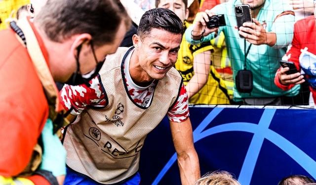 Роналдо на загревање нокаутира редар на стадионот во Берн (ФОТО)