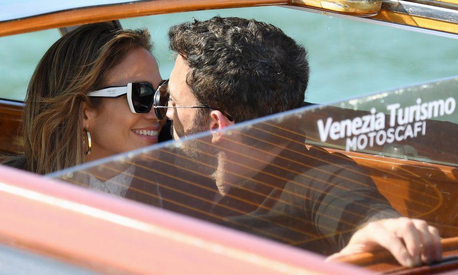 НЕ СЕ ДВОЈАТ ЕДЕН ОД ДРУГ НИТУ СЕКУНДА: Џенифер Лопез и Бен Афлек пристигнаа во најромантичниот италијански град (ФОТО)
