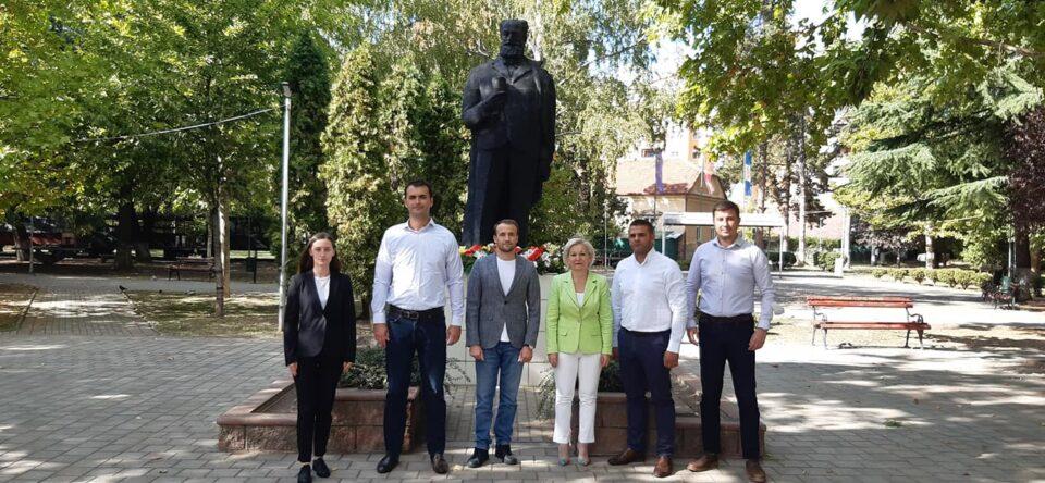 Ѓорче Петров го празнува денот на општината: Делегација на ВМРО-ДПМНЕ положи цвеќе пред споменикот на големиот деец на ВМРО