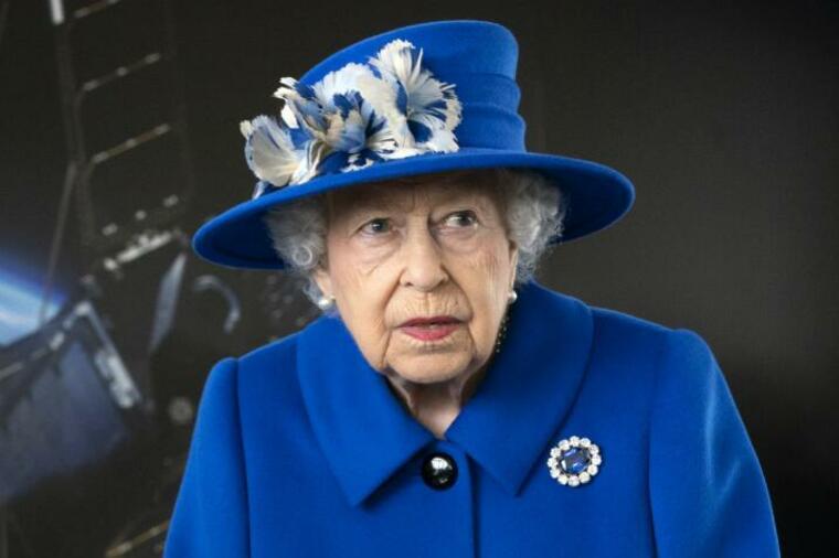 И тоа дочека да го види светот од кралицата Елизабета – за прв пат се појави во јавноста со овој детаљ на себе, годините си го прават своето