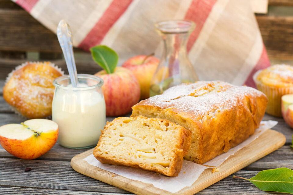 Нема подобар доручек или десерт со кафе или чај: Бисквит-колач со јаболки кој ќе ви трае со денови!