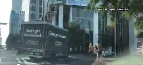 """""""НЕ СЕ ВАКЦИНИРАЈ""""- Погребално возило кружеше низ градот, а многумина погрешно ја сфатија оваа бизарна реклама (ФОТО)"""