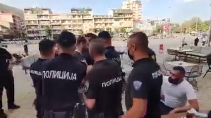 Ова е моментот кога дваесетина полицајци упаднаа во кафуле и го уапсија организаторот на вчерашните протестите во Тетово (ВИДЕО)