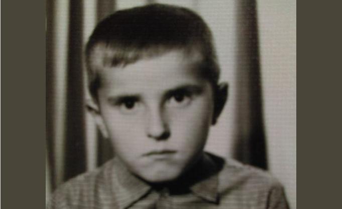 """Ќе го препознаете ли ова дете, денес е македонска музичка легенда: """"Кој се насмее ќе јаде ќотек!"""" (ФОТО)"""