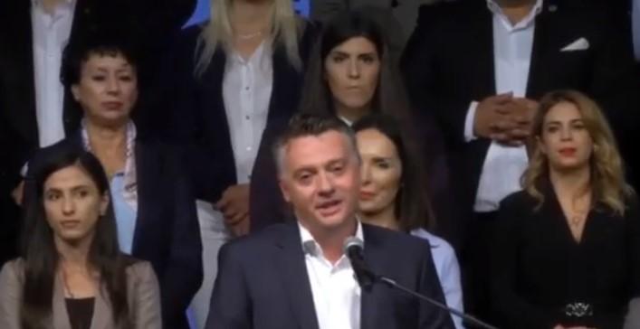 Девојка падна на бината среде митингот на Шилегов – тој ја виде и продолжи да зборува како ништо да не се случило (ВИДЕО)