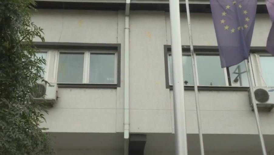 ВИДЕО: Роднините на трагично загинатите во тетовската ковид болница со јајца гаѓаа кон зградата на општина Тетово