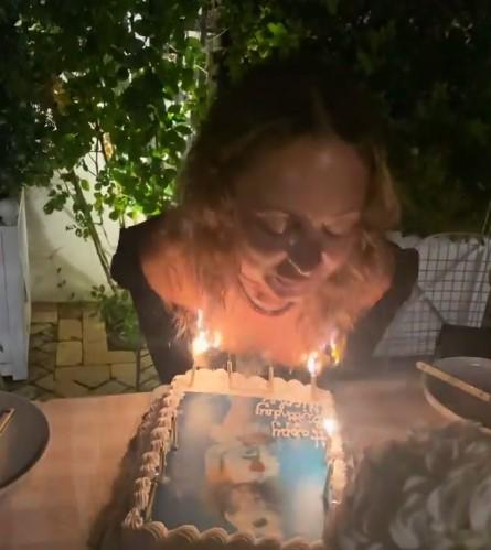 Ријалити ѕвездата за малку ќе се запалеше: Дуваше свеќи, па пламенот и ја запали косата, едвај извлече жива глава (ВИДЕО)