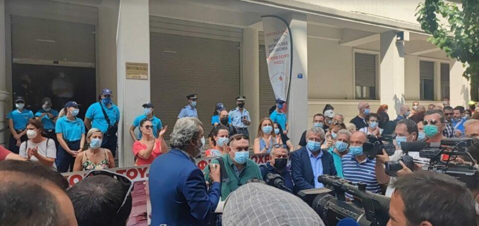 Здравствените работници на протест во Атина против задолжителната вакцинација
