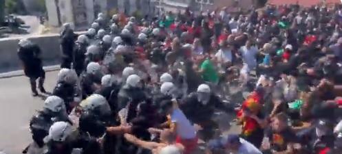 Ескалира ситуацијата во Црна Гора, нападнат полицискиот кордон/ВИДЕО