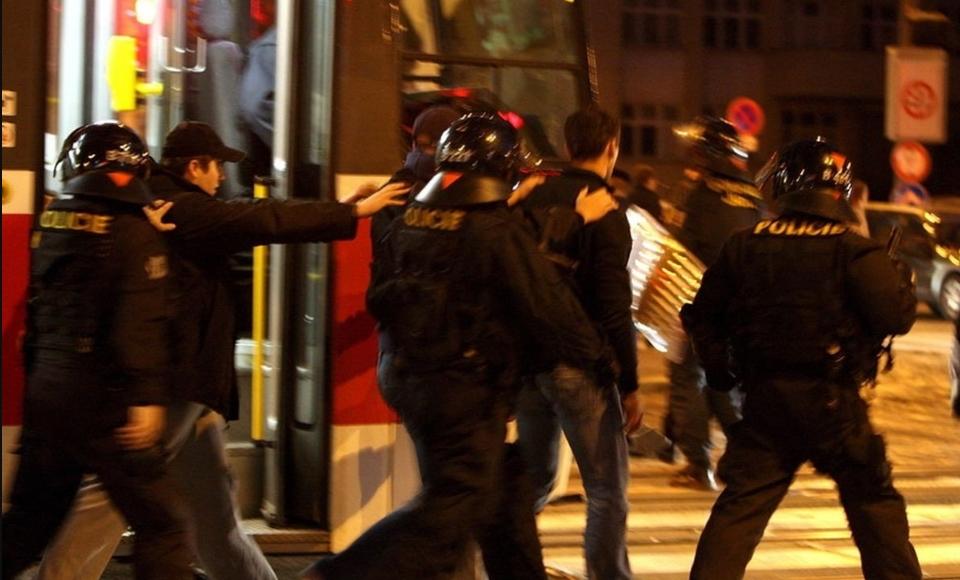 Навивачите на Вест хем дивееја низ Загреб, еден Хрват е тешко повреден