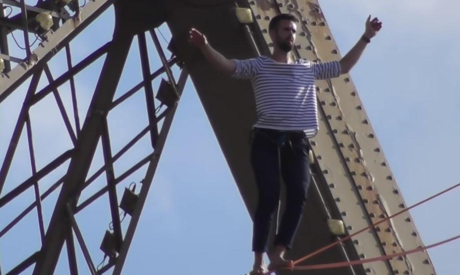 Французин одеше по јаже преку Сена во Париз (ВИДЕО)
