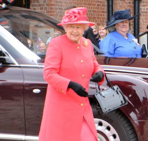 Ќе се изненадите што носи кралицата Елизабета во своите вртоглави скапи чанти – без тоа од дома не излегува
